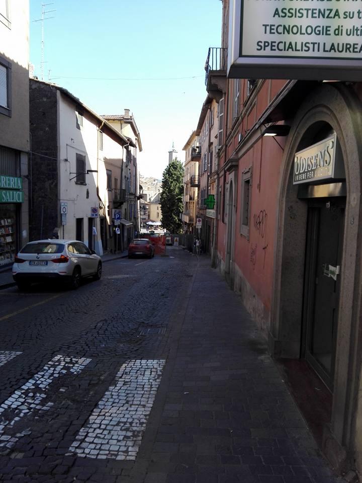 Lavori a Via Cairoli: ritmi lenti, cittadini e commercianti temono tempi più lunghi del previsto, il Comune rispetti le scadenze