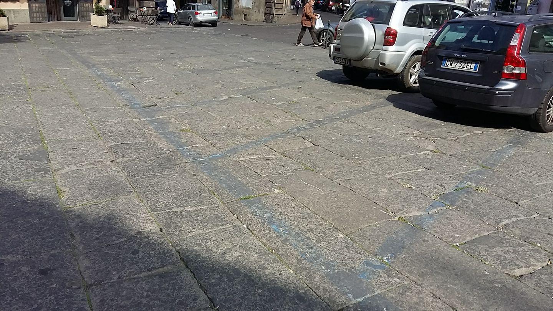 Piazza Fontana Grande, continua lo scempio quotidiano: e poi non si può parcheggiare, ma anche sì…