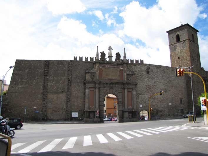 Ultimora: incidente a Porta Romana, utilitaria sbatte violentemente contro le mura lato le Fortezze