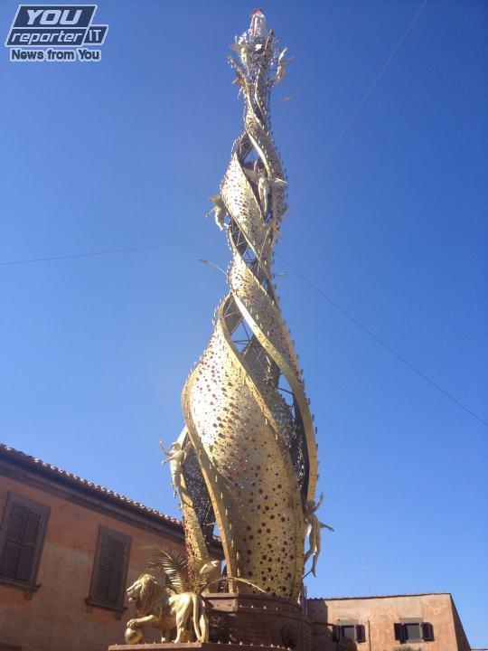 """""""Fiore del cielo"""" a Piazza del Teatro per Natale: poco rispetto per la """"Macchina di S.Rosa"""" ancora clamorosamente """"piazzata"""" fuori contesto"""