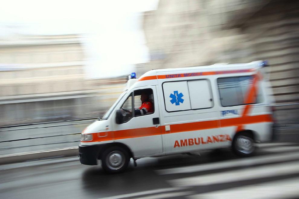 Si dà fuoco in strada: grave giovane di 31 anni