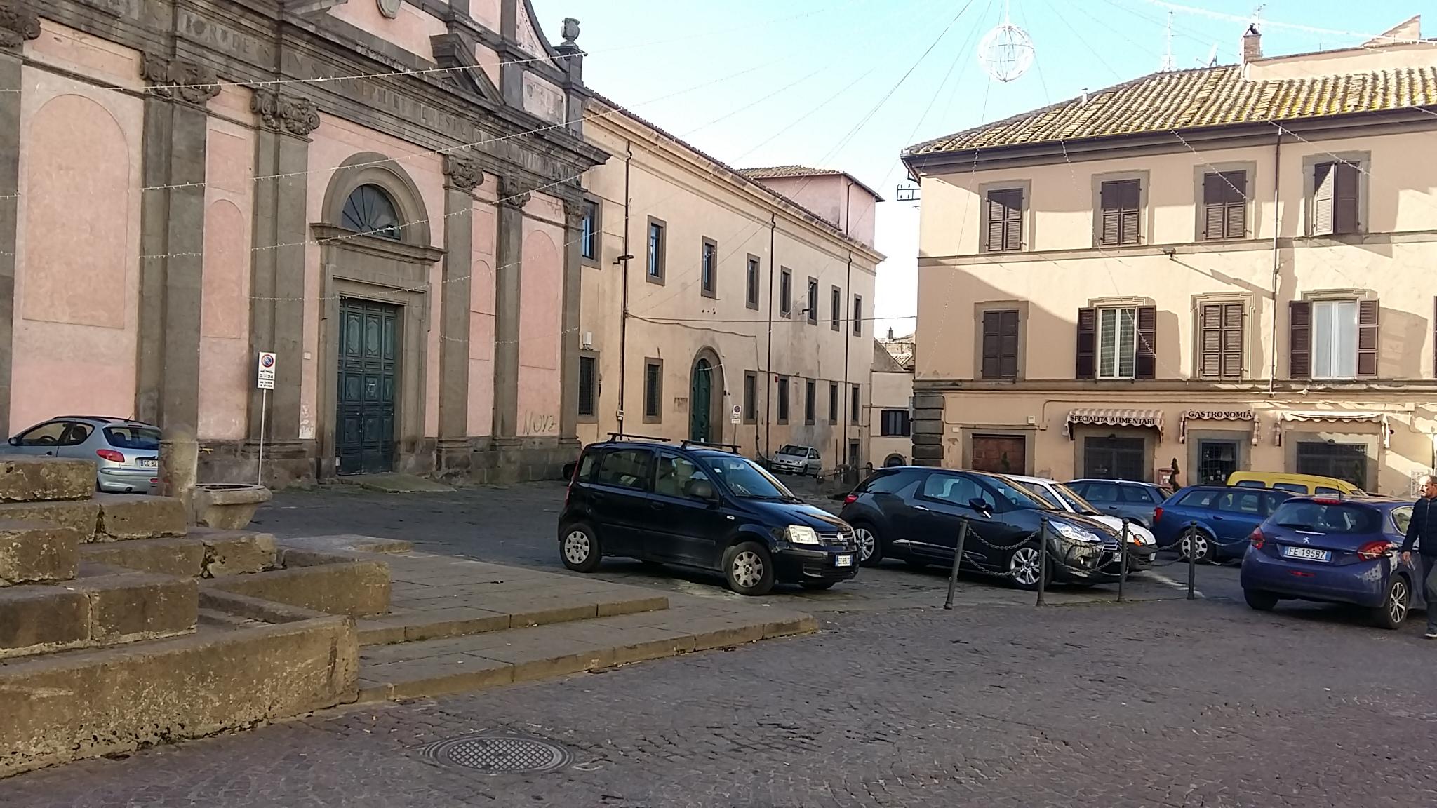 Fontana Grande, il primo grande parcheggio all'aperto in sosta vietata: scriviamo sui totem Big Fountain , square of the free parking