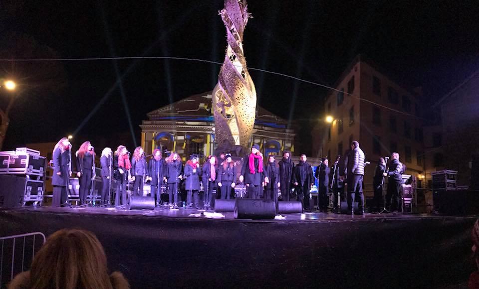 """Capodanno a Piazza del Teatro, la """"prima"""" fa ben sperare: buon clima, folta partecipazione, esibizione di livello più che buono del Coro di Napoli"""
