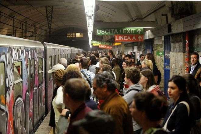 Roma, investita dalla metro: forse è stata spinta sui binari