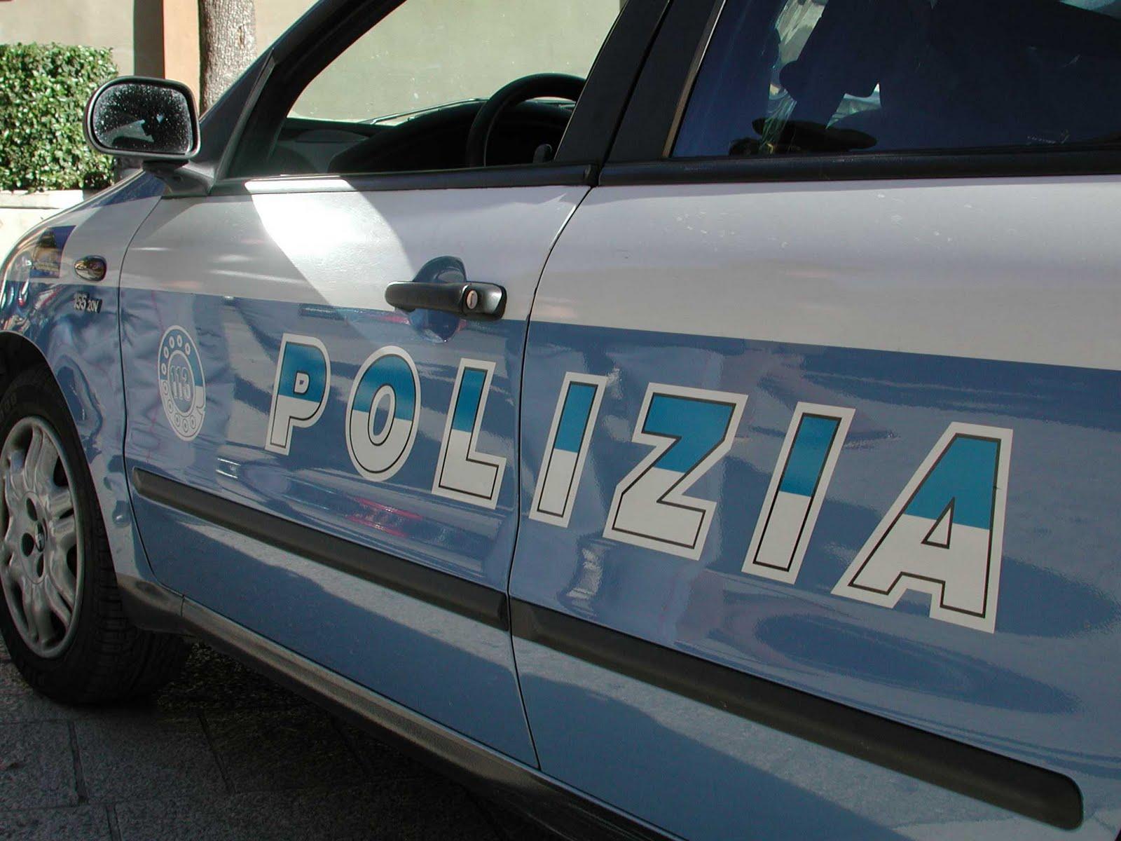 Aggredisce poliziotto con roncola: l'agente spara e lo ferisce