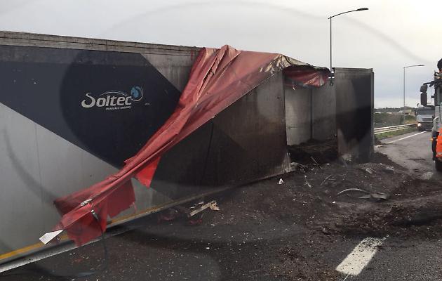 Rimorchio di un camion si incendia sull'autostrada, ma l'autista evita il peggio