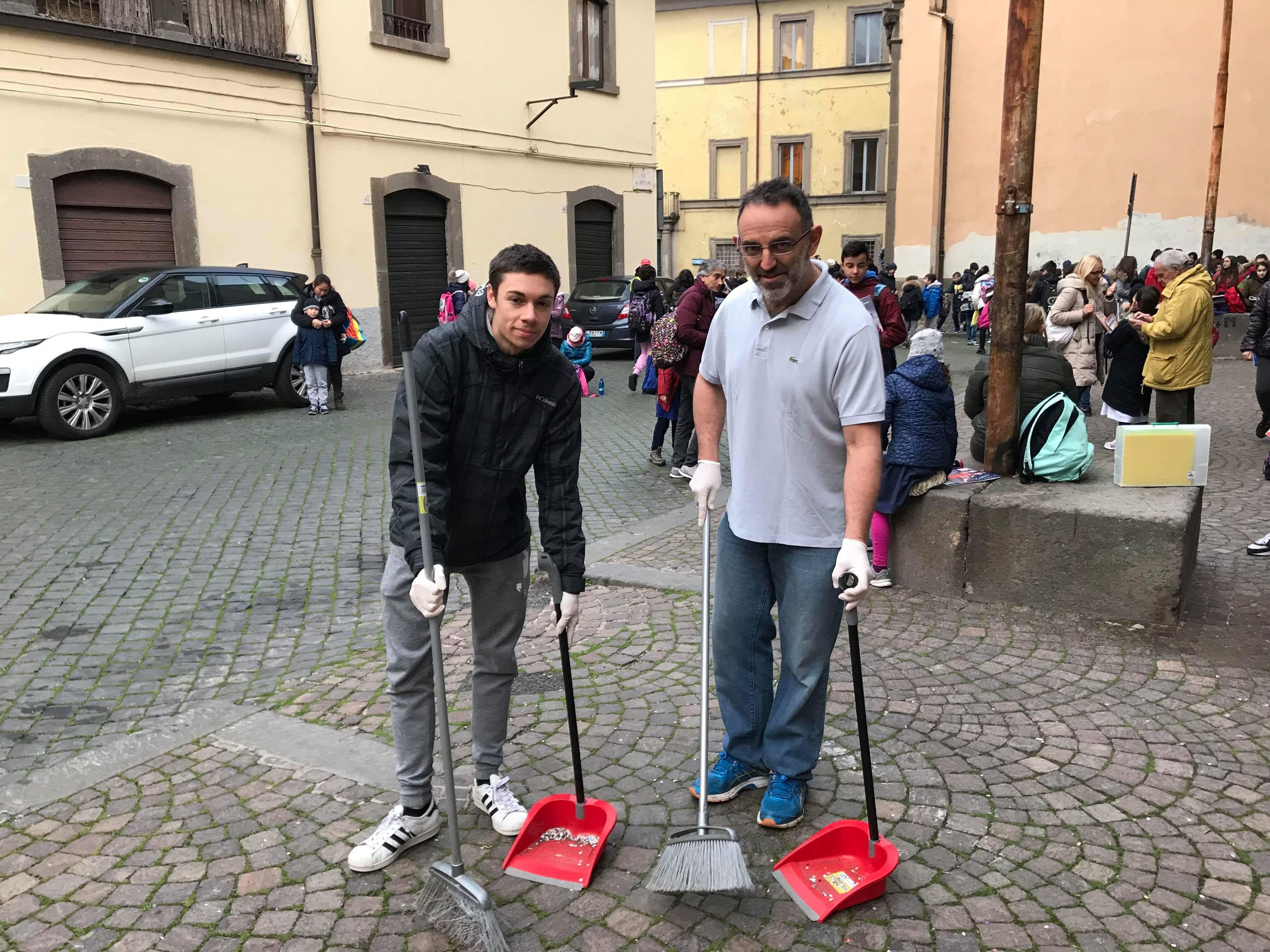 """""""Prof, se va a pulire vengo anch'io"""": uno studente del Paolo Savi si unisce alle pulizie itineranti di Della Rocca"""