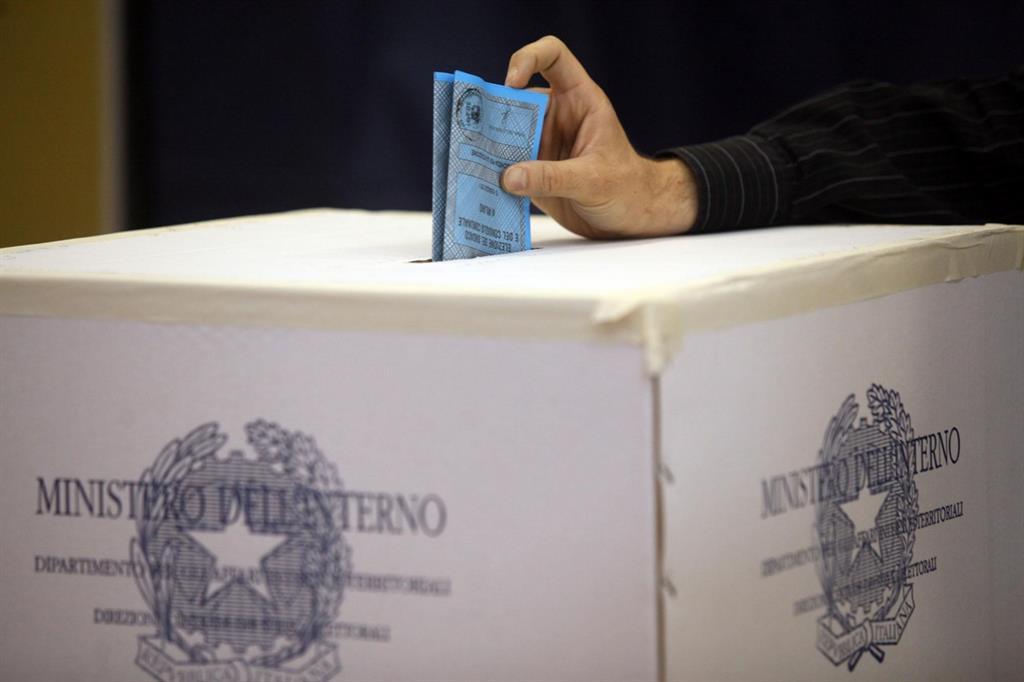 Verso le politiche e le regionali, entro il 21 la presentazione di simboli, programmi, candidati: destra in vantaggio nei sondaggi