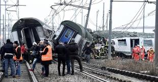 Deraglia un treno regionale a Milano, due vittime, 40 feriti