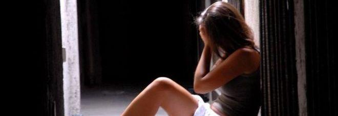 Madre e padre insieme abusano di figlia di tredici anni