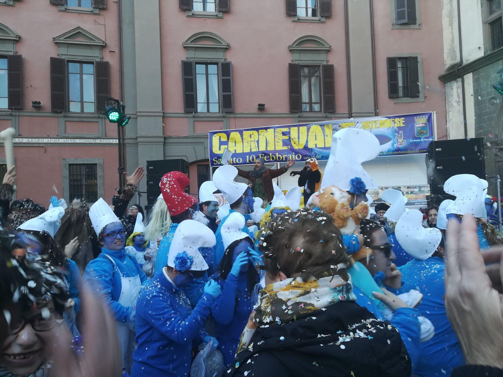 """L'evento: tanti gruppi di maschere, dai watussi ai puffi, cronaca di una """"festa di piazza"""" ritrovata dai viterbesi"""
