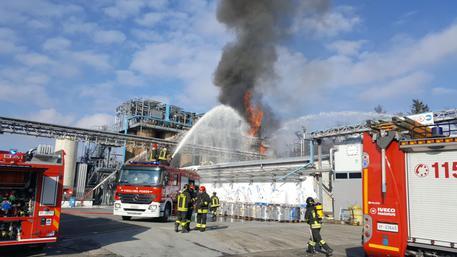 Esplosione con incendio in azienda nel Comasco, 6 feriti