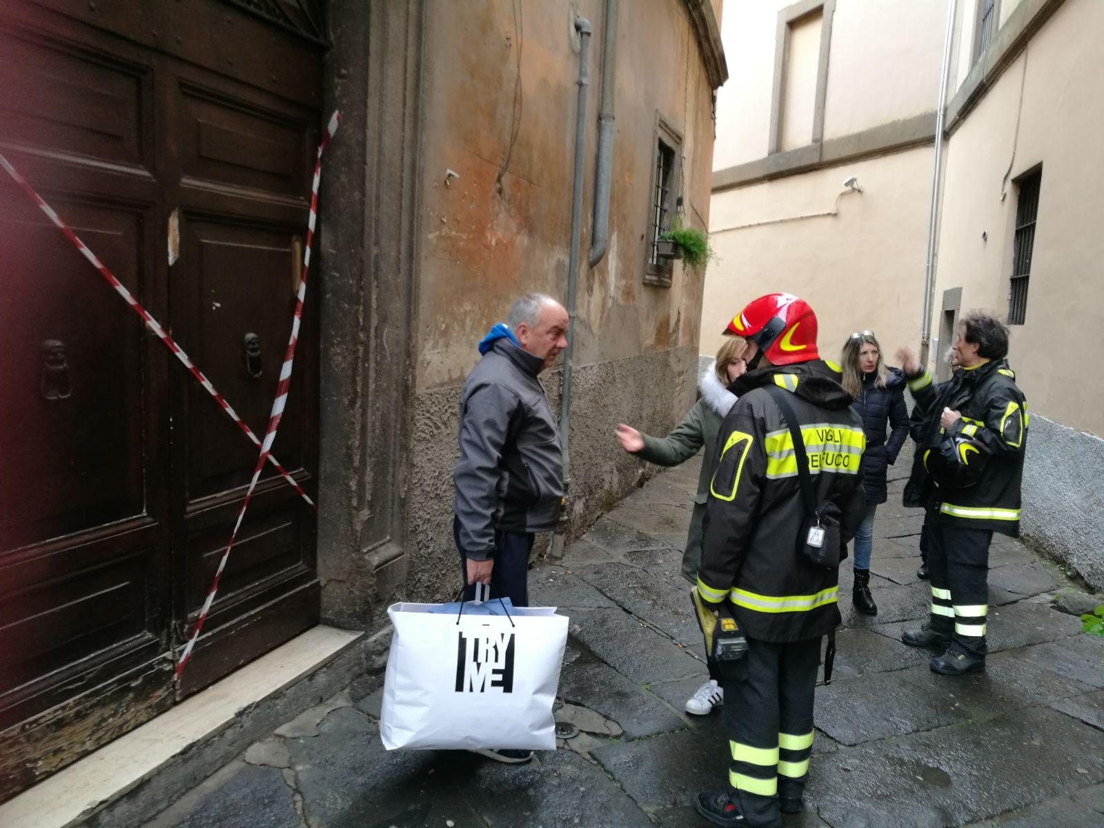 Palazzo inagibile a Via San Simeone, 5: se il Comune si è attivato, gli inquilini non lo sanno e fanno da sè