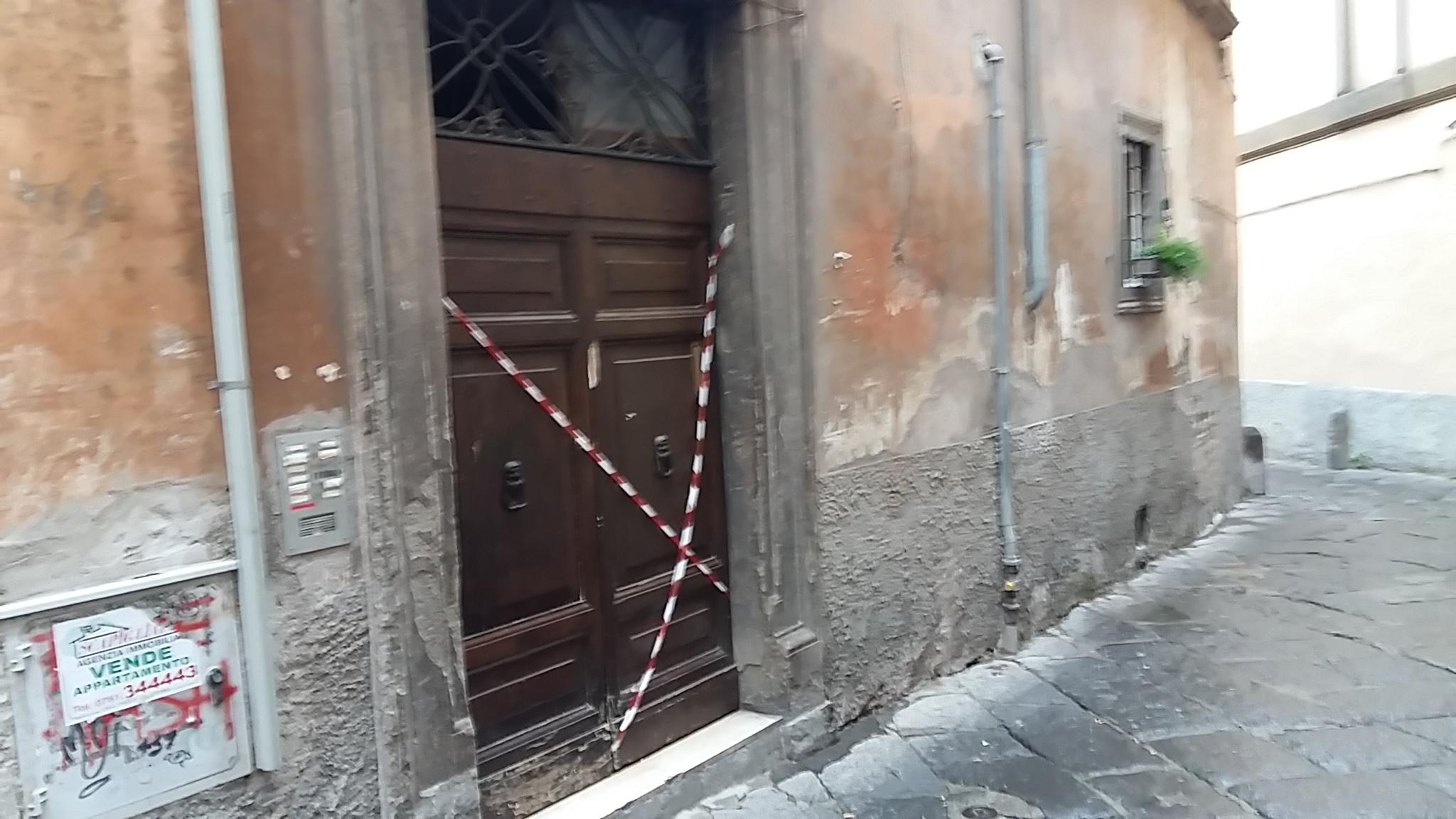 """Palazzo inagibile a Via San Simeone: ed i """"senzacasa"""" o mettono mano al portafoglio o dormono all'addiaccio, aspettando il Comune"""