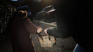 Ultimora Viterbo, tentato scippo in Via dei Mille: donna strattonata e gettata a terra in un centro storico deserto