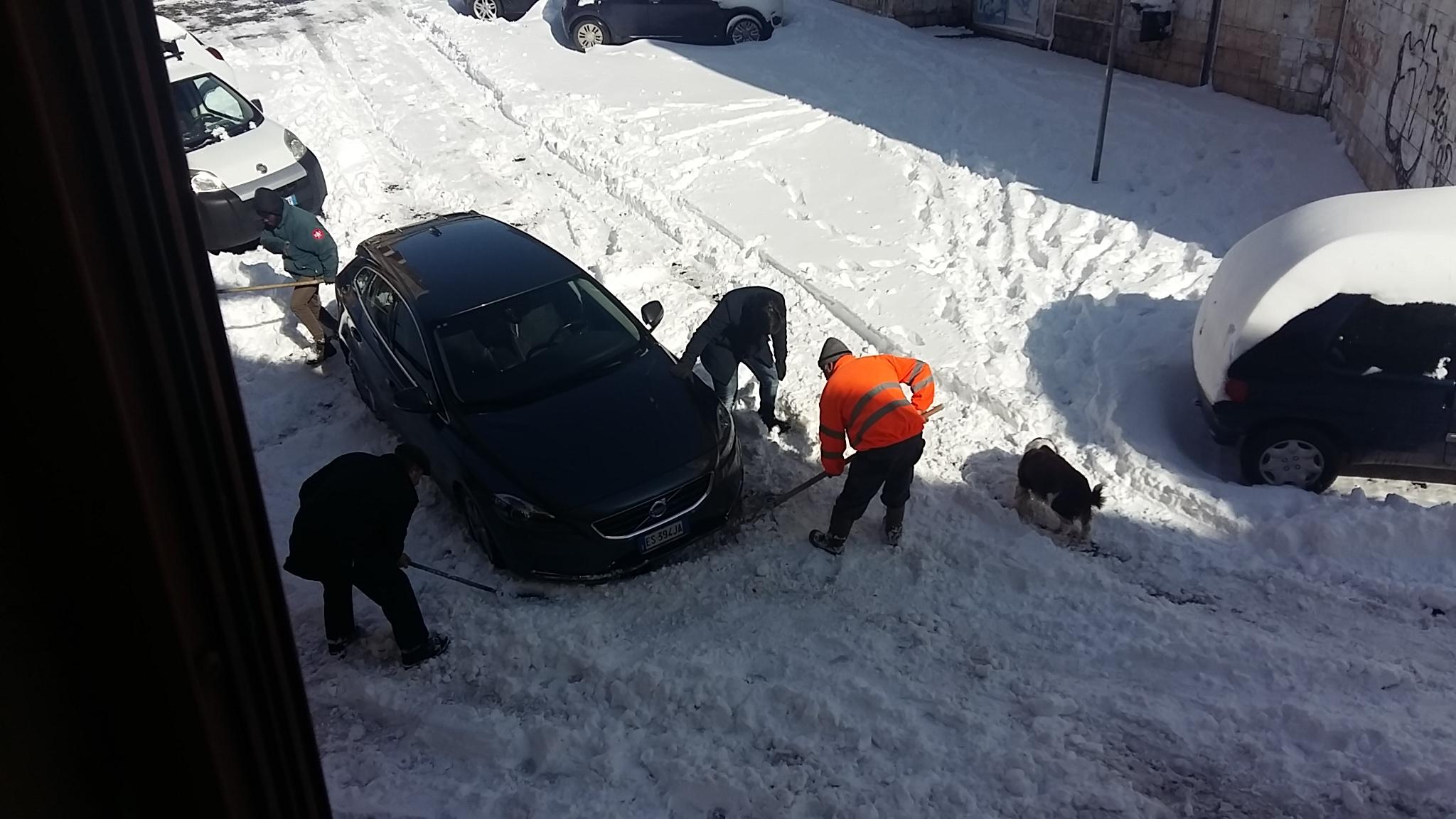 Emergenza neve: prima liberare gli ospedali e i presidi sanitari, ma gli spalatori al centro già si vedono