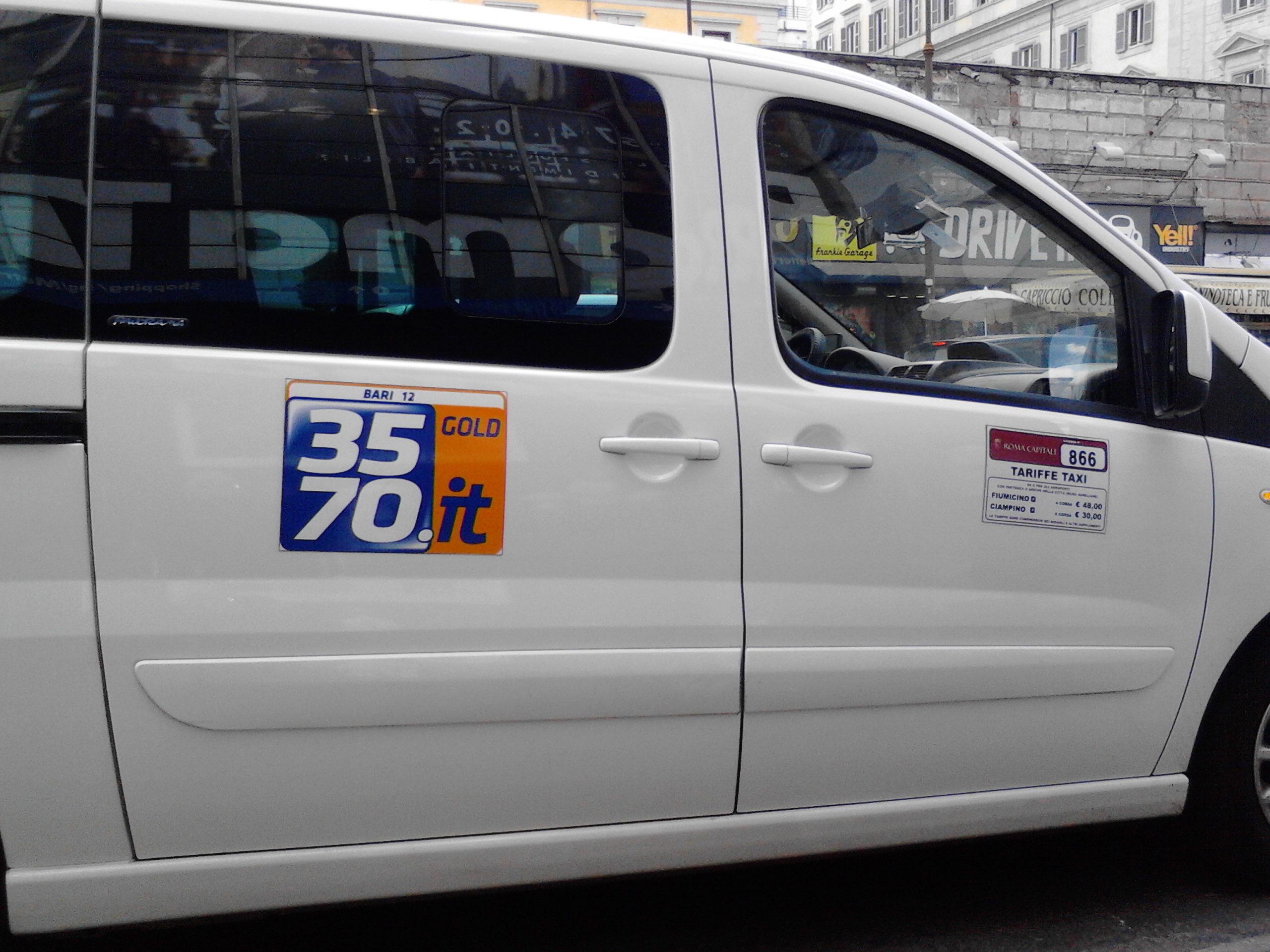 Roma, si ribalta taxi a Piazzale Clodio: l'autista in codice rosso al Gemelli