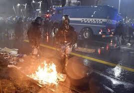"""Campagna elettorale violenta: quattro agenti di polizia e due manifestanti feriti al corteo """"antagonista"""" contro Casa Pound"""