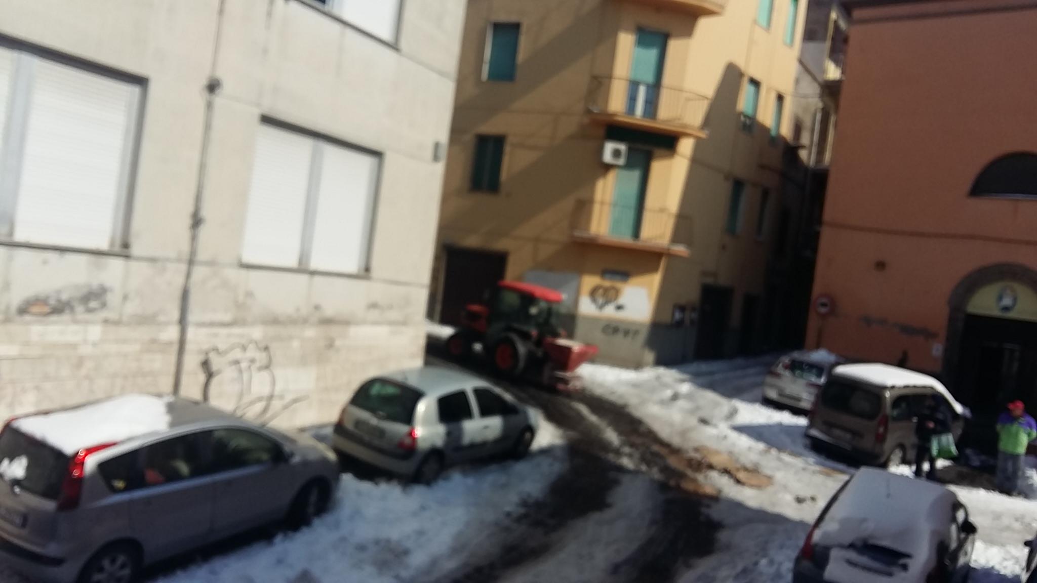Emergenza neve: eccoli al centro storico i trattori con spargisale e pala, situazione in miglioramento