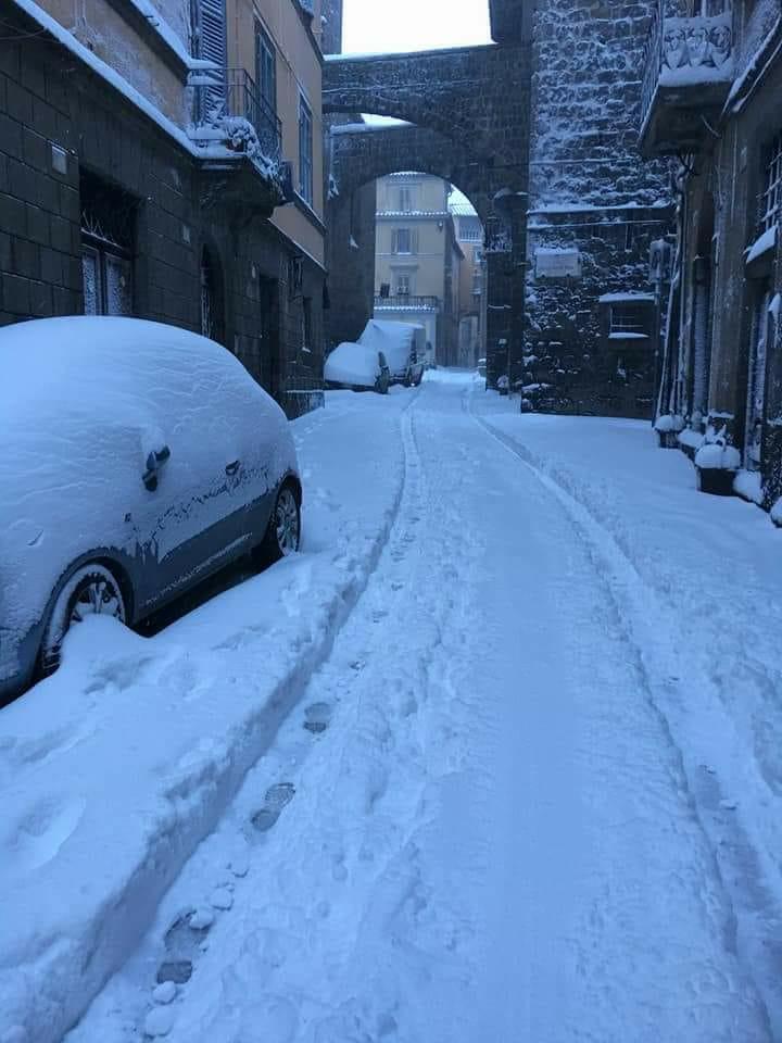 Viterbo, emergenza neve: ore 10, il centro sembra ancora Saint Moritz, ma siamo fiduciosi