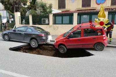 """Strade, buche e """"crateri"""": maxi voragine profonda 5 metri sulla Circumvallazione Appia"""