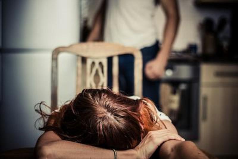 Violenza sulle donne: maltrattava e picchiava la moglie da anni, arrestato