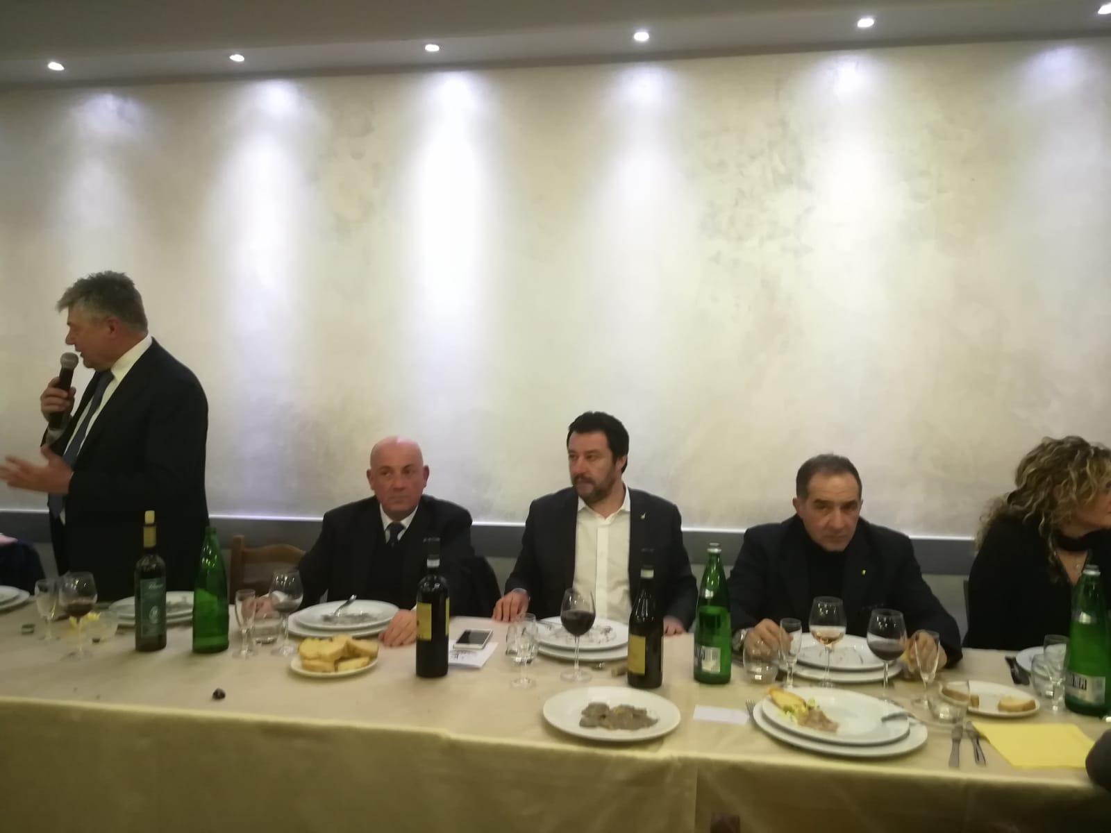 """Salvini a Viterbo: e la sera cena con 500 invitati: il leader va via prima del """"maialino arrosto"""" dando appuntamento alla sfilata del """"carro"""" del 3 settembre"""