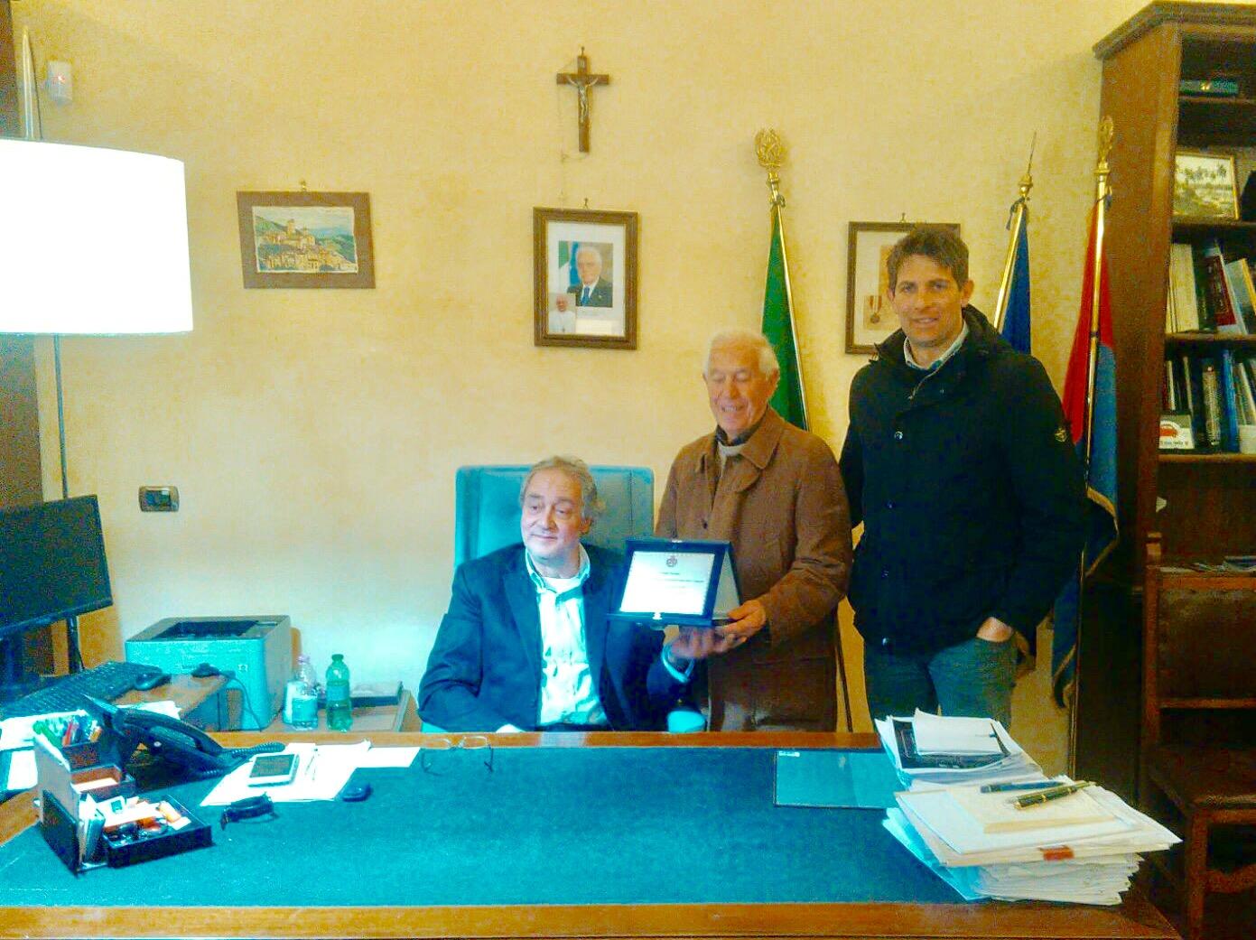 Tarquinia, targa di riconoscimento del Comune a Renato Perugini per 18 anni di lavoro al centro anziani