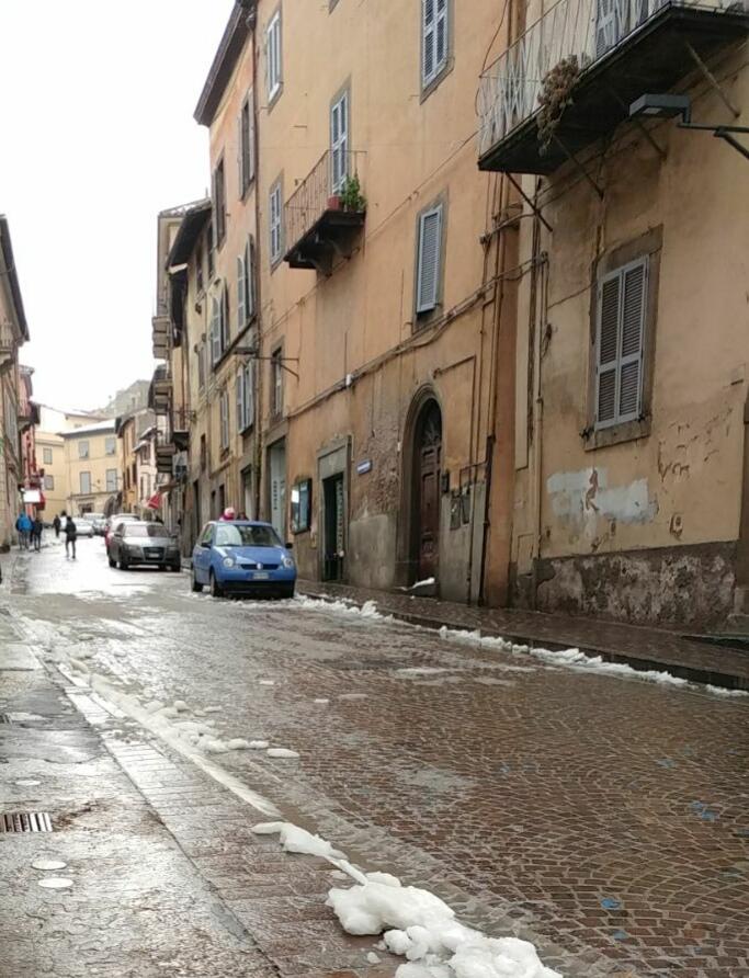 """Viterbo, riapre Via Cairoli: meglio restava chiusa, quant'è brutto e squallido il centro con le """"auto"""""""