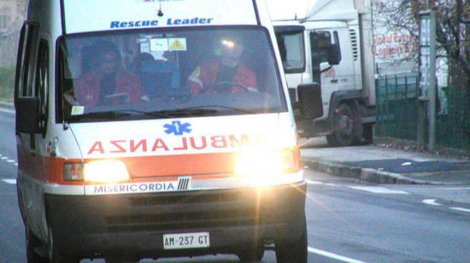 Furgone su anziani in attesa del bus, una vittima e diversi feriti