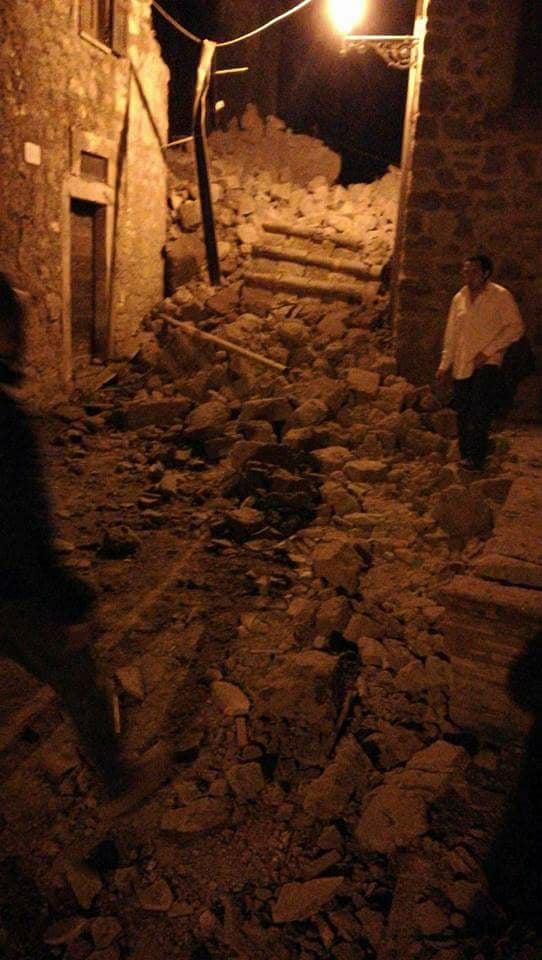 Crolla un muro di cinta a Chia, coinvolge cinque abitazioni, ma non fa vittime