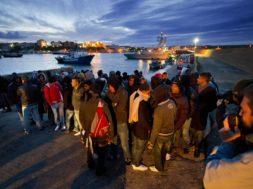 Lampedusa, sbarco immigrati clandestini dalla Tunisia.