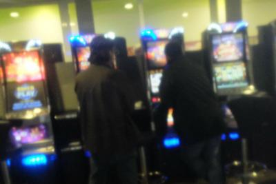 Gioca, perde e rapina la sala giochi