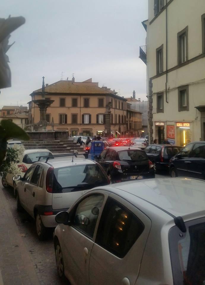Week end da incubo, città paralizzata dal traffico: ma i negozi sono vuoti e i turisti si lamentano