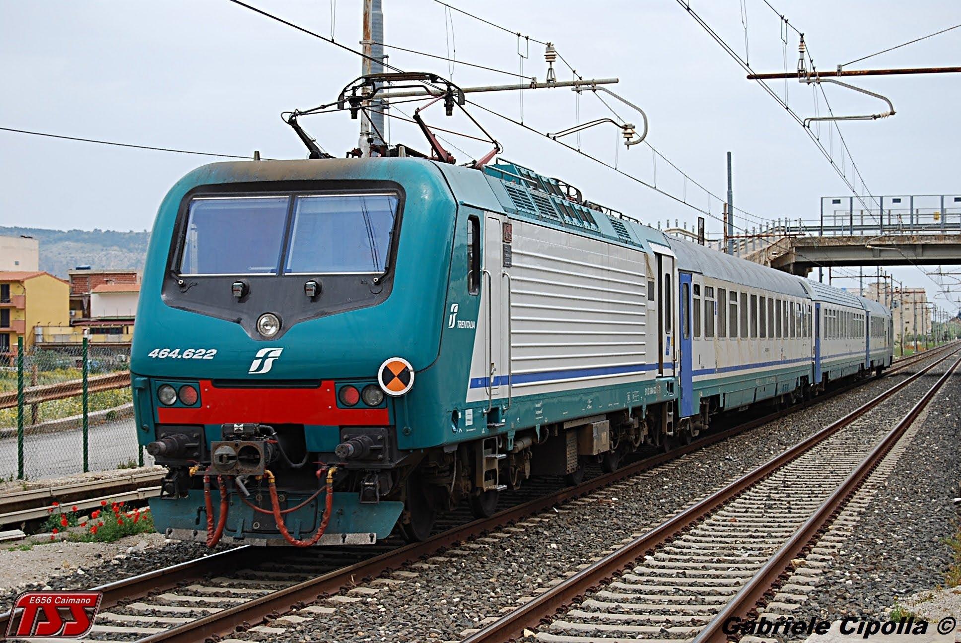 Inciampa sui binari e il treno la travolge, muore a 15 anni