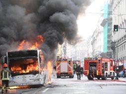 ++ Roma: autobus in fiamme a via del Tritone,nube di fumo ++