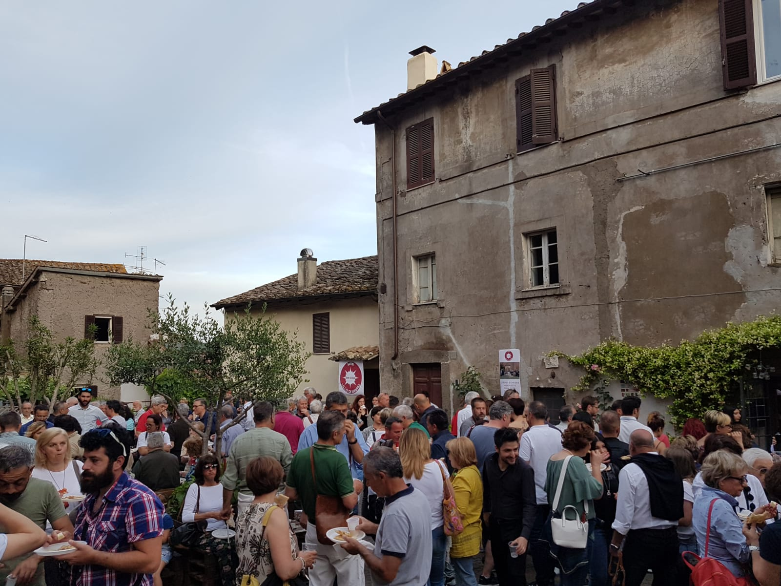 """Comunali Sutri: Lillo Di Mauro riempie la piazza e coinvolge i giovani, la """"rivoluzione gentile"""" fa centro"""