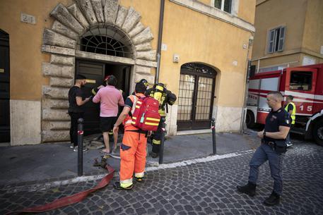 Fiamme in palazzo al centro di Roma