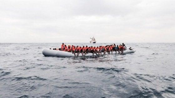 Barcone si capovolge al largo della Libia: almeno 63 dispersi