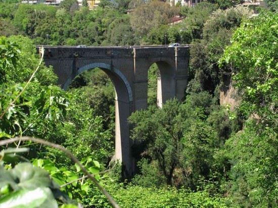Civita Castellana, precipita dal muretto e muore 53enne a Ponte Clementino