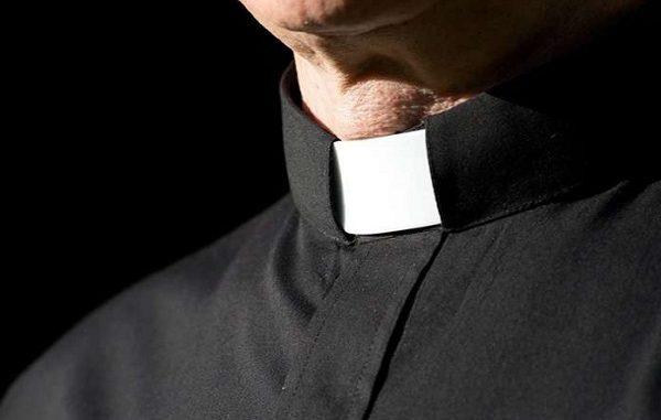 """""""Don Paolo era di famiglia"""", parla il padre della bimba sorpresa in auto con il prete"""