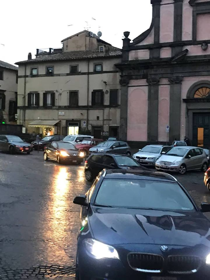 """Viterbo, """"singing in the wild parking"""": Piazza del Grande Parcheggio è già quasi piena di auto, ma forse se vi affrettate qualche posto c'è ancora"""