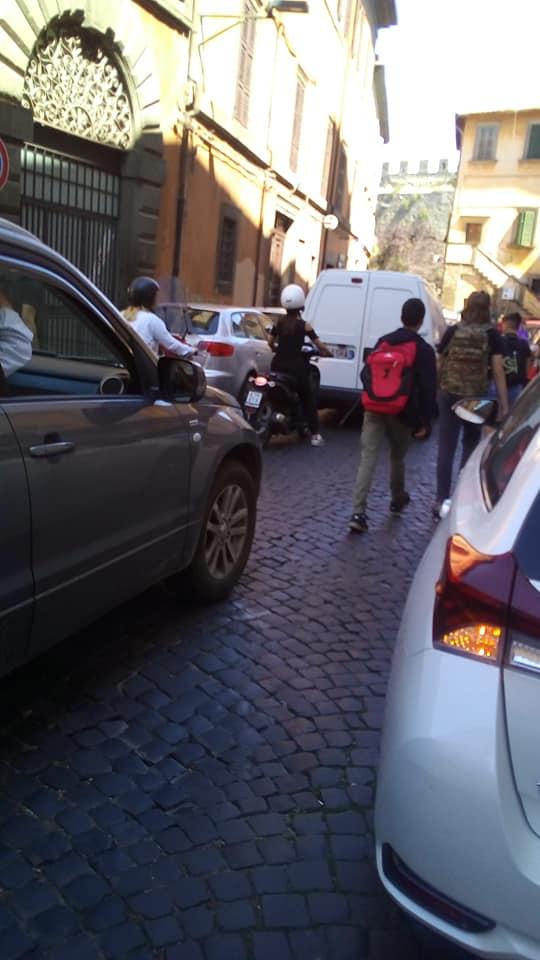 Viabilità alla viterbese: a Via della Verità per i ragazzi è pericoloso anche uscire da scuola, trovi auto in strada  dappertutto (e non ci sono marciapiedi)