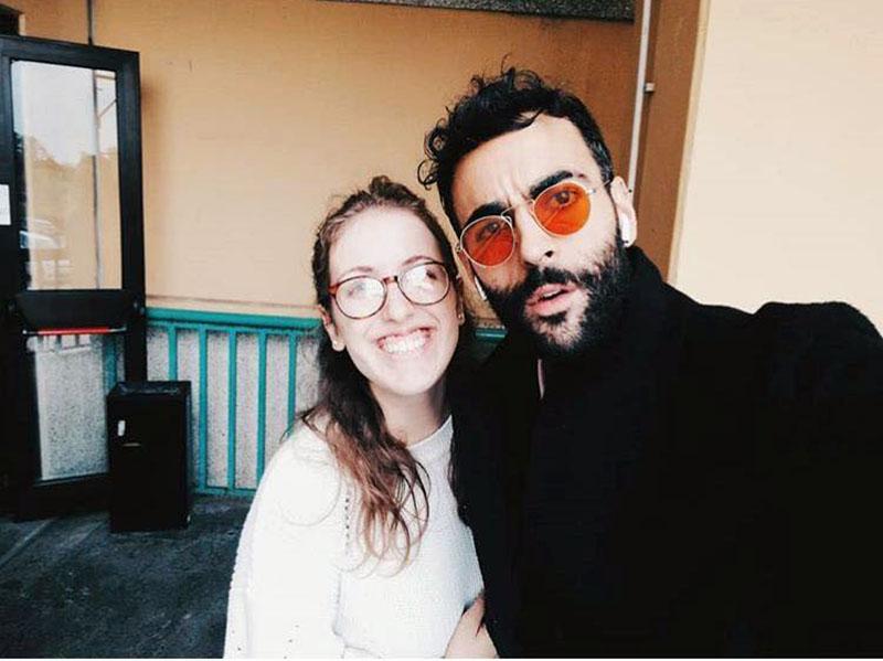 Viterbo, Mengoni all'Università per la laurea del cugino:  fans a bocca aperta ed un selfie per tutti