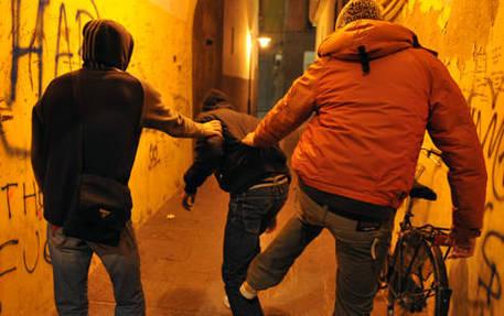 Picchiano e umiliano in piazza 17enne, due denunce