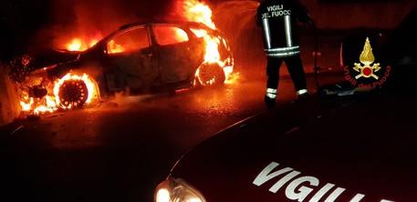 Auto va a fuoco, 3 giovani ustionati