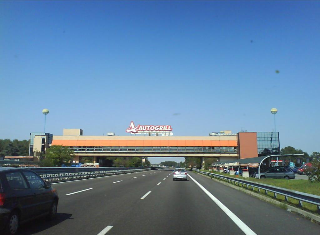 Scontro tra tifosi del Torino e del Bologna sull'Autogrill A1 a Firenze