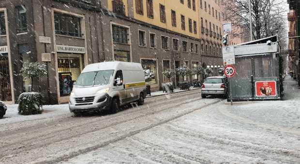 Viterbo, timeout,  è tempo di neve, la città placidamente imbiancata si risveglia senza emergenze