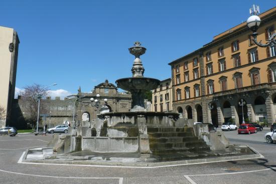 """Viterbo, mercato del sabato a Piazza della Rocca, Paolo Bianchini (Fdi) dice no e """"salva"""" la piazza"""