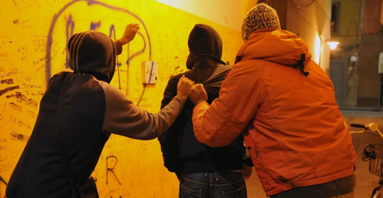 """Viterbo violenta: quella volta in cui il """"branco"""" aggredì e picchiò senza pietà un anziano uomo a Piazza della Rocca"""